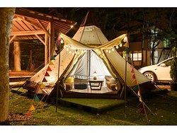 夜のグランピングテント