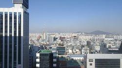 La vue est très agréable (12 ème étage), la cuisine du restaurant délicieuse.