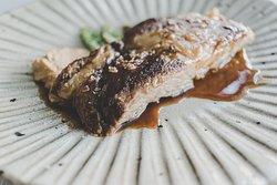 ¿Te apetecen unas costillas de cerdo ibérico confitadas y deshuesadas, praliné de almendra, judías verdes y patatas?