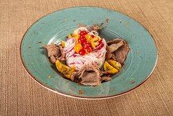 Салат по-старорусски из отварного лося с квашенной капустой и маринованными опятами