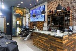 Disfruta de nuestra barra mientras esperas el servicio. Totalmente Gratis. Por eso somos la mejor Barberia de Coral Gables Miami