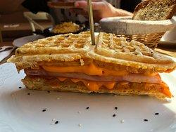 Waffle untado con queso cheddar, jamón york y huevo a la plancha