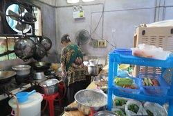 เจ๊หวิน คือ ผู้หญิงที่ใส่แว่นตา กำลัง สาละวน อยู่กับการทำอาหารครับ