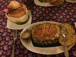 Khao Pad Saparod (Arroz frito servido dentro de una piña)