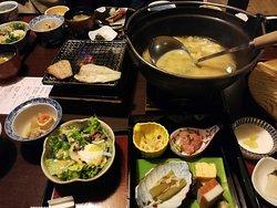 足柄での朝定食。味噌汁は鍋で出てくる。ご飯をお代わりできるので、量は十分。