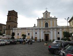 L'ampia facciata e il campanile della basilica