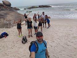 Nosso guia e a turma já se preparando pra trilha de volta...essa praia é a do