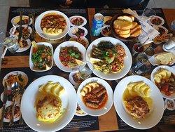 Hepsi güzel görünen tüm yemekleri tatmak için hepimiz ayrı şeylerden sipariş ettik. İyi de etmişiz... :)