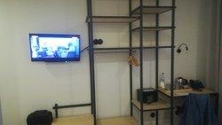 television, escritorio y estanteria
