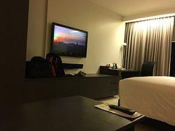 広い室内「事務机、ディスクライト、壁掛け液晶TV、たっぷり収納」