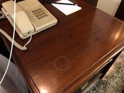 Mesa con marcas y teléfono para llamar al pasado
