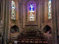 Une église romane avec des reprises gothiques