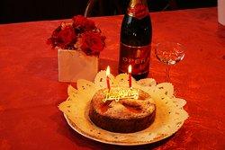 ケーキとワインのついた記念日プランはHPからご予約ください
