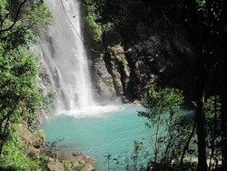 cachoeira da serra azul, suas águas cristalinas e azul e com muitos peixes piraputangas.