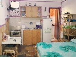 Apartamento com cozinha completa,muito confortável e decoração de muito bom tom