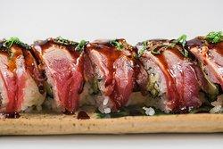 Maki sushi de atún con chimichurri, aguacate, pepino y queso crema
