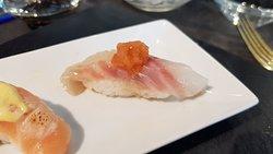 Nigiri de dorada con salsa de nabo daikon y ají rocoto