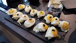 Nigiris de huevo frito con huevas de pescado