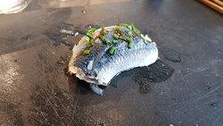 Nigiri de arenque con mojo de ají panca y cebollino