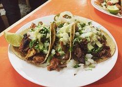 Orden de tacos al pastor (carne de cerdo al trompo) acompañado con cilantro, cebolla blanca, guacamole