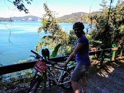 Schöner See mit türkisblauem Wasser