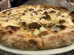 pizza con salsiccia di Norcia e tartufo