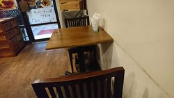カウンター席もテーブル席もあります。