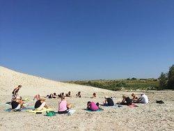 Ontspan volledig tijdens een heerlijke yogasessie op het strand