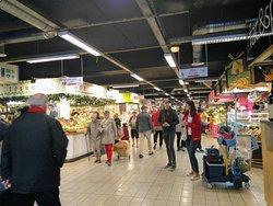Limpo e variado, o mercado provençal atrai locais e turistas