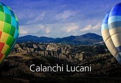 Profondi canyon, aride dune bianche, pinnacoli naturali.    In Basilicata si è generata una delle più estese e importanti distese della Penisola di Calanchi, affascinanti formazioni coniche argillose, geomorficamente definite come il risultato dell'erosione del terreno che si produce per l'effetto di dilavamento delle acque su rocce argillose degradate, con scarsa vegetazione.Il paesaggio brullo e fiabesco dei Calanchi Lucani presenta caratteristiche geologiche uniche a livello mondiale.