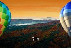 La Sila, grande altopiano compreso tra le province di Cosenza, Catanzaro e Crotone, definito il cuore boschivo e storico della Calabria, si presenta come un vero dedalo di montagne, vallate verdissime piene di boschi secolari e corsi d'acqua argentei. La Silva Brutia dei romani, frequentata dall'uomo fin dagli albori della civiltà, custodisce al suo interno una delle più importanti e longeve arre protette d'Italia, il Parco Nazionale della Sila con i suoi oltre 73.000 ettari.