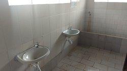 Banheiros precisando de manutenção e aumento de oferta