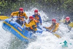 OutdoorPatagonia Rafting en el maravilloso río de Futaleufú. Todos nuestros guías están altamente capacitados y preparados para navegar ríos de cualquier clase.