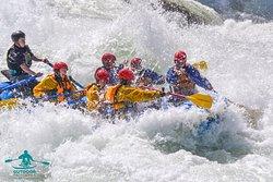 OutdoorPatagonia Rafting en el río Futaleufú, se le otorga a todos los clientes el mejor equipo especializado para realizar rafting en aguas de deshielo para que todos tengan la mejor experiencia posible.