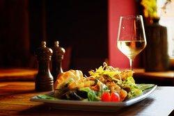 Eine unserer Spezialitäten: frische Salate mi unterschiedlichen Dressings -  Fisch, Garnelen, Hähnchen, Rind oder auch vegetarisch