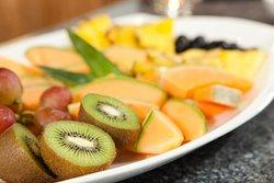 Variantenreiches Obstteller, täglich frisch kredenzt im Schörhof-Frühstückssaal