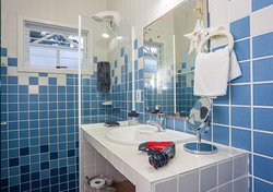Banheiro com box e secador de cabelo 220v