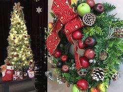 水素セラピーマイトリーは、今、クリスマスでいっぱい。ツリーやフレッシュのリースが皆さまをお出迎え致します。クリスマスミュージックが静かに流れる中で、水素吸入セラピーをお楽しみいただけます。 1年で1度だけのこの季節、クリスマスの温かさで癒やされにお越しください。