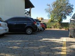 Estacionamento para um carro familiar por acomodação e um controle remoto do portão.
