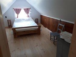 CHAMBRE L'ATELIER Située au deuxième plancher dans l'ancien atelier de l'artiste sculptrice Berthe Simard, cette chaleureuse et jolie chambre sera vous offrir le petit cocon douillet qu'il vous faut!