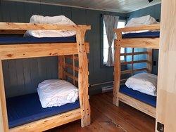 DORTOIR Situé au deuxième plancher, ce beau dortoir convivial peut accueillir 4 personnes dans l'un des deux lits superposés. Convient aux voyageurs seuls comme aux groupes d'amis.