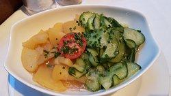 Schmetterlings-Wiener und Erdäpfel-Gurkensalat