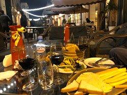 Осень понравилось! Дегустировали много вин!  Есть традиционные «квеври» , закопанные в нижнем уровне ресторана.