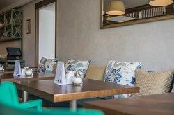 Насладитесь качественной европейской кухней в кафе на Амурском бульваре. Комфорт стиля Прованс объединяет банкетный зал с камином, десертный зал и галерею с мягкими диванами.