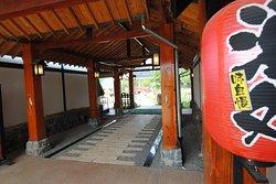 大門をくぐるとそこに広がるのは、外の喧騒を忘れさせてくれる日本の庭。
