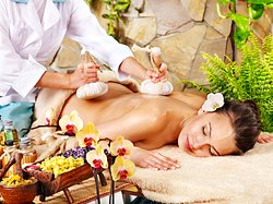 BODY MASSAGE BY HERBAL BAGS 60minutes $25 (550.000đ), 90minutes $35 (750.000đ), 120minutes $43 (950.000đ)