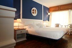 Habitaciones individuales, dobles, familiares, connectadas, con camas individuales, camas de matrimonio, televisores de 32 pulgadas, terraza, amenities, aire acondicionado, calefacción, suelos de madera y baños con ducha italiana.