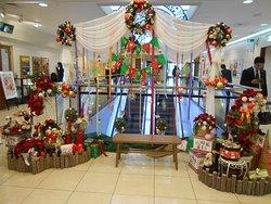 コンコースを彩るクリスマス飾り