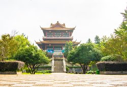 中国安徽省舒城县,飞霞公园.  A temple at the entrance of Feixia Park in central Shucheng, Anhui Province, China.