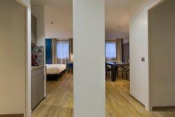 Suite Business avec chambre et salle de réunion plus coin cuisine.